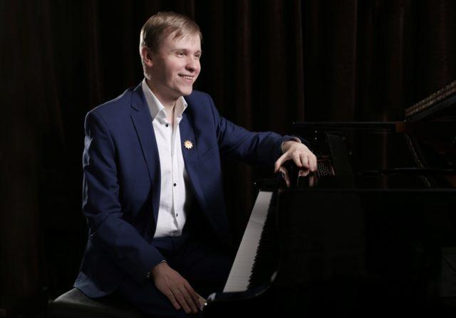 Олег Аккуратов (Голос 9 сезон): биография и фото слепого пианиста, жена, детство, отец